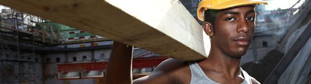 pria di tempat kerja. Periksa lebih dalam hukum perburuhan, upah minimum, upah hidup dan pekerjaan yang layak di Gajimu.com